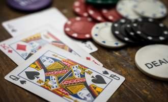 Kort, penger og roulettebord